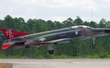 Un QF-4 dronisé, sans personne à bord. A noter que le siège éjectable de la place arrière a été enlevé. Des équipements ont également été ajoutés sur le dos du fuselage. © USAF