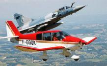 Les moyens mis en oeuvre pour sécuriser le meeting aérien de Roanne sont moins spectaculaires que cette interception d'un inoffensif DR400 par un Mirage 2000 qui sera l'un des temps forts du spectacle… © Armée de l'Air