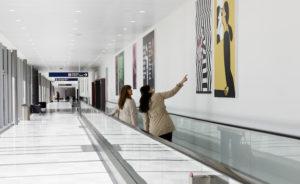 """Exposition """"Carte blanche a Jean Jullien"""", coursive de debarquement de la jetee internationale, Terminal Sud, Paris-Orly. © ADP"""