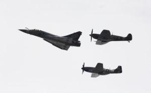 Passage en formation du Mirage 2000C décoré, d'un Spitfire Mk5 et d'un P-51 Mustang. La couverture nuageuse présente jeudi dernier sur Orange limita grandement le nombre des insolations parmi les spectateurs. © Frédéric Lert/Aerobuzz