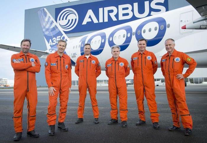 'équipage du premier vol de l'A350-1000 : Hugues van der Stichel et Frank Chapman (pilotes d'essais), Gérard Maisonneuve (mécanicien navigant d'essais), Patrick du Ché, (Directeur des essais en vol), Emanuele Costanzo (directeur des essais de développement A350) et Stéphane Vaux (ingénieur navigant d'essai). © Airbus