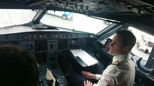 Une fois l'ATPL en poche, Thomas rejoint la ligne en tant que copilote sur A320. A bord de Soyouz, il aura la place gauche, celle du copilote. © Air France