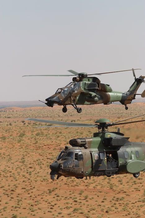 Tigre et Cougar sont habitués à travailler ensemble, mais un combat de nuit, sans lune, au-dessus d'une zone semi-désertique est le pire des scénarios. © Frédéric Lert/Aerobuzz
