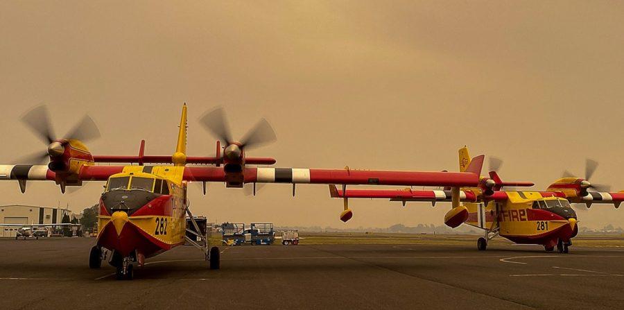 Sous un ciel chargés de cendres, les deux nouveaux CL-415EAF de Bridger Aerospace s'apprêtent à décoller de Yakima pour lutter contre le Pearl Fire, dans l'Etat de Washington, en septembre 2020.