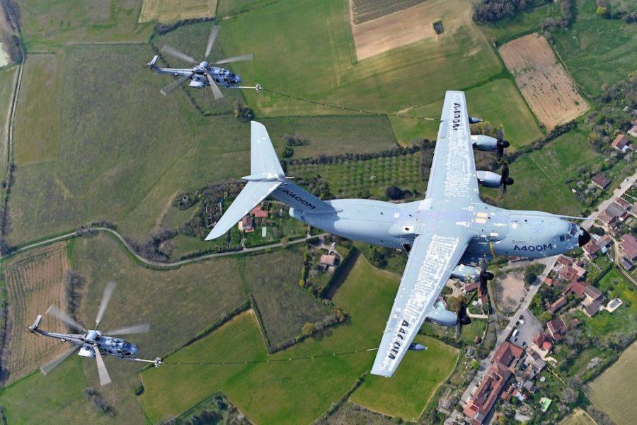 Le ravitaillement en vol des hélicoptères : un casse-tête pour l'A400M The-A400M-performs-simultaneous-refuelling-operations-of-two-French-Air-Force-H225M-900x600